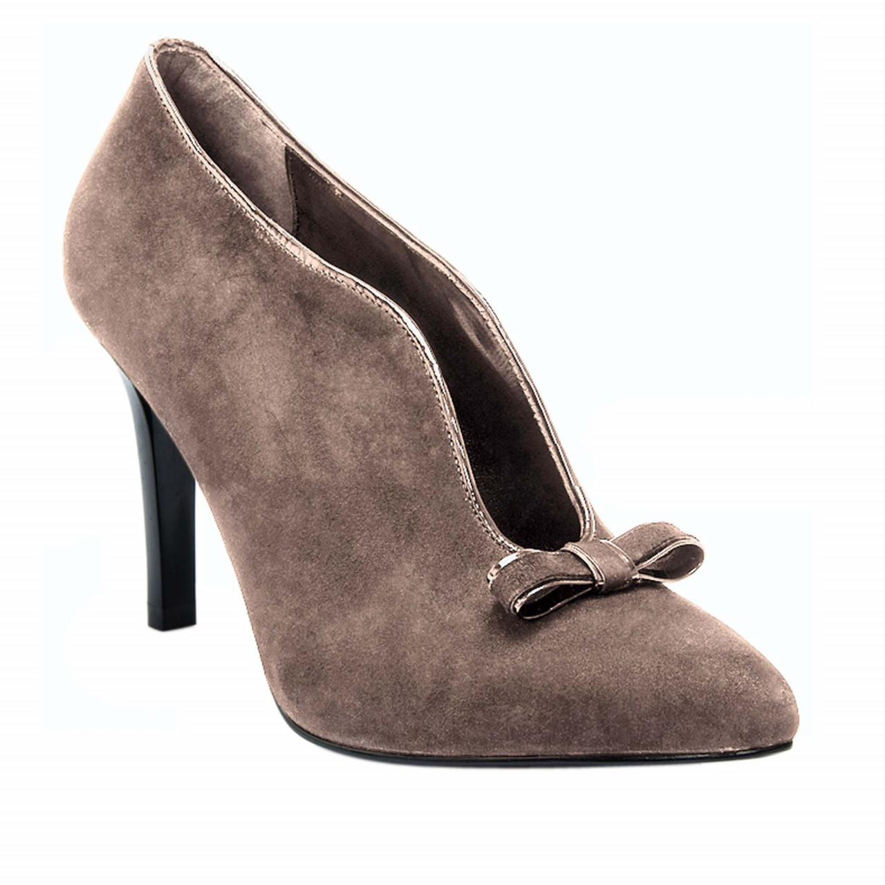 Затворени дамски обувки на висок ток